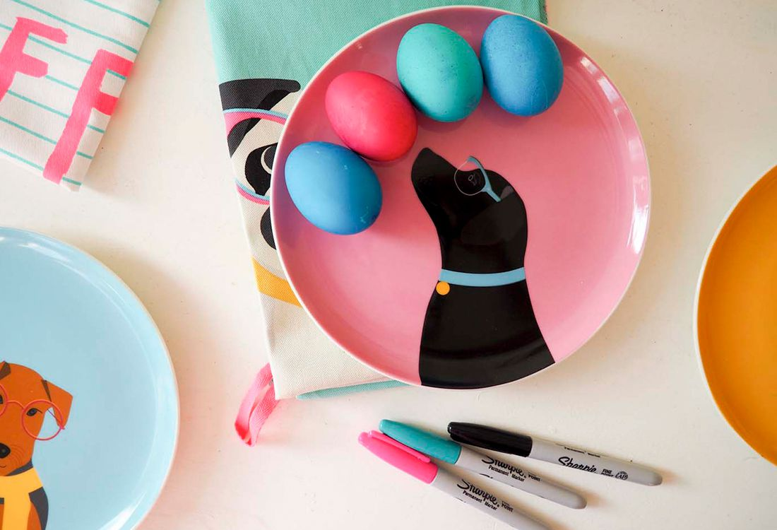 Blogger Alison Perry and her daughter show how to make colour easter eggs this easter. Eggs on dog printed plates